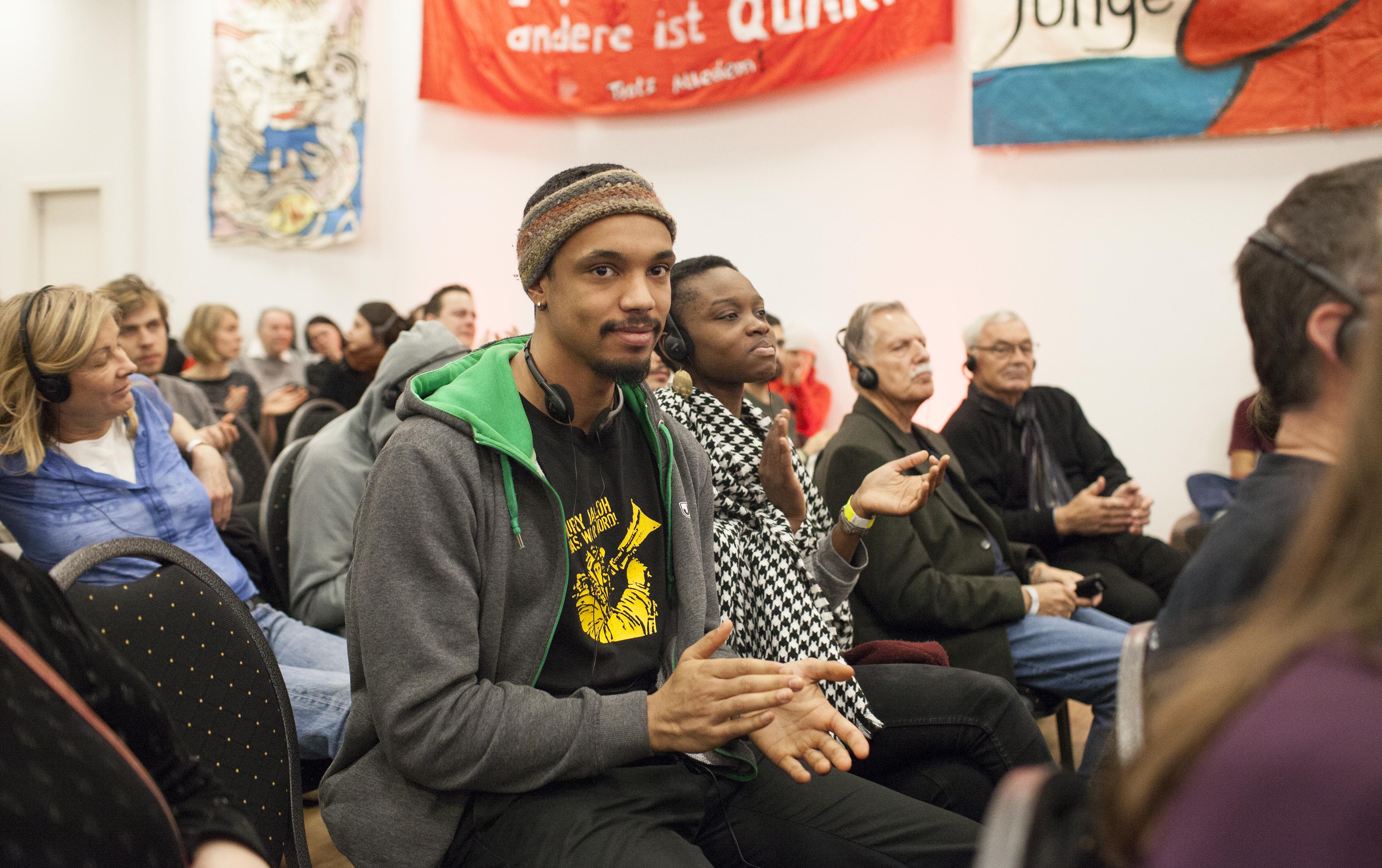 Ein Besucher auf der Rosa Luxemburg Konferenz zeigt seine Solidarität mit der Kampagne für Oury Jalloh. Foto: junge Welt