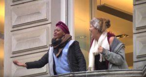 Sängerin Noma Nkwali aus Zimbabwe begeistert in der Fußgängerzone. Quelle: YouTube
