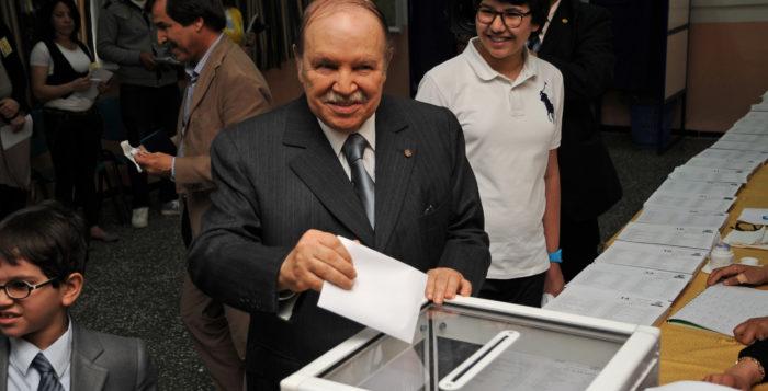 Der algerische Präsident Abdelaziz Bouteflika an der Wahlurne