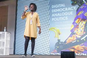 """Nanjala Nyabola machte in ihrem Talk """"What Tech Can't Fix"""" deutlich, dass digitaler Fortschritt kein Garant für freie, demokratische Gesellschaften ist. © Jan Michalko/re:publica"""