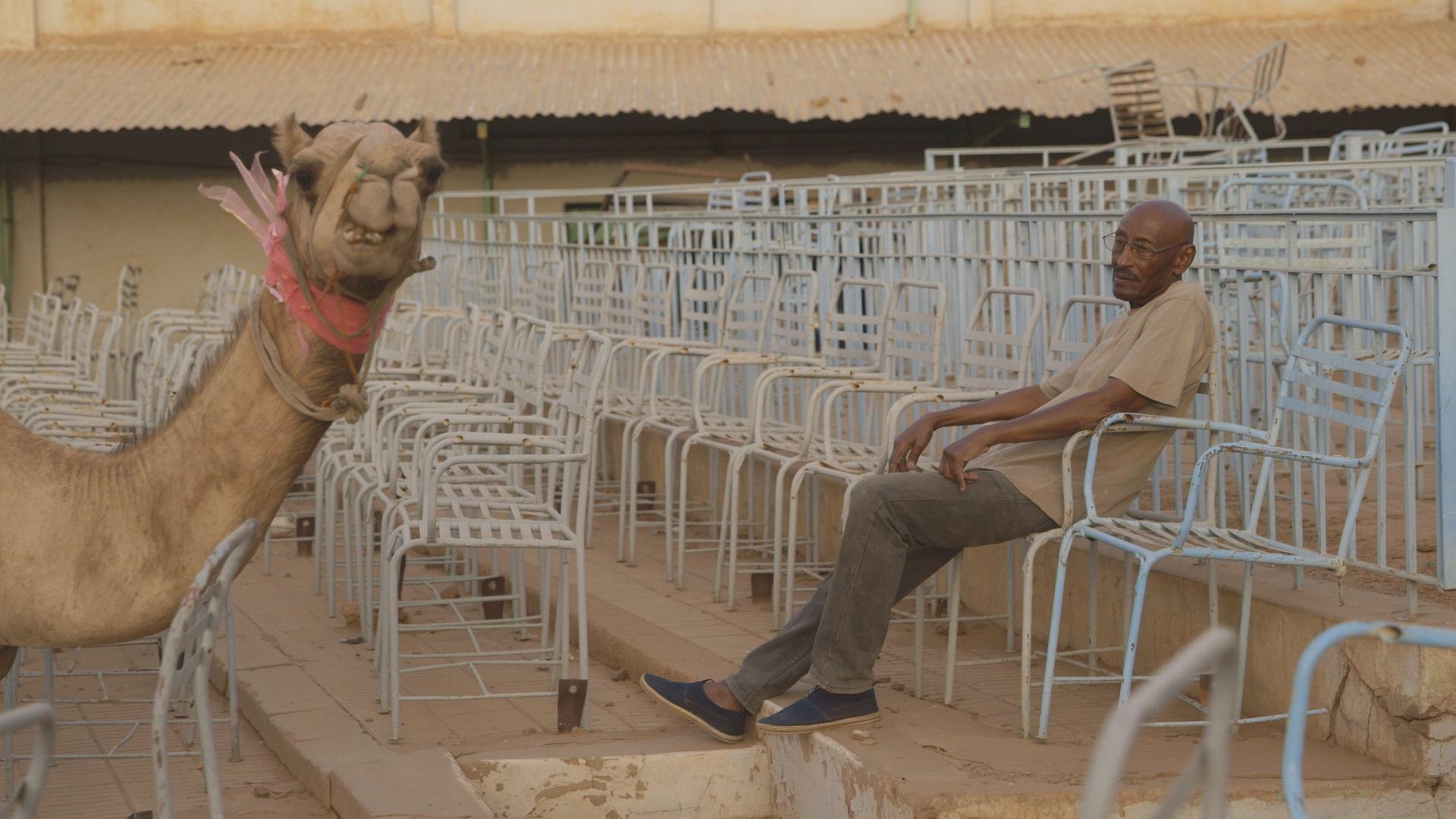 """Im Film """"Talking about trees"""" ist auch Protagonist Suliman und drei weitere Mitglieder des Sudanesischen Filmclubs der Liebe zum Kino verfallen. (c) Filminitiativ e. V."""