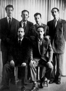 Die Führungs-Mitglieder der FLN vor dem Beginn der von ihnen befohlenen Revolution des 1. November 1954: Rabah Bitat, Mostefa Ben Boulaïd, Didouche Mourad, Mohammed Boudiaf (hinten v.l.n.r.), Belkacem Krim, Larbi Ben M'Hidi (vorne v.l.n.r.)