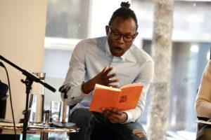 """Fiston Mwanza Mujila bei einer Veranstaltung zu """"Sprache als Spiel"""" © Herby Sachs"""