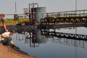 Klaus Stieglitz beim Entnehmen von Wasserproben in der Nähe der Ölfelder. © Hoffnungszeichen e.V.