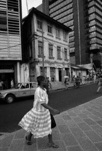 Akinbode Akinbiyi, Lagos Island, Lagos, 1988 Aus der Serie Lagos: All Roads Fotografie: © Akinbode Akinbiyi