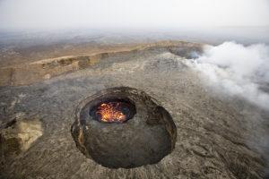 """Auch eine """"afrikanische"""" Landschaft: Der Lavasee von Erta Ale, Äthiopien, liegt an einer der im Buch vorgestellten Wanderrouten. (Michael Poliza/National Geographic Creative)"""