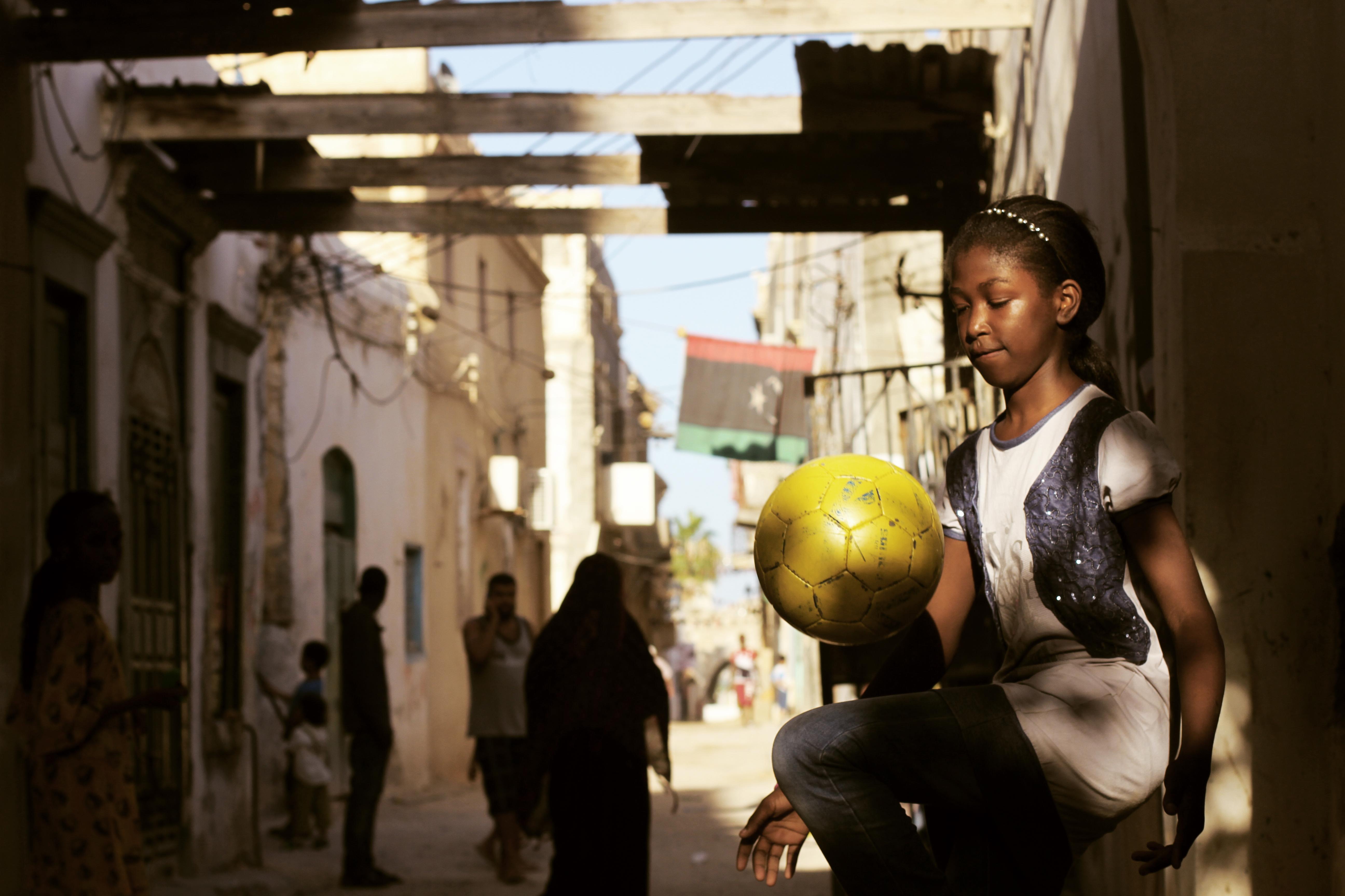 """In ihrer Dokumentation """"Freedom Fields"""" begleitet Regisseurin Naziha Arebi das Leben von drei Spielerinnen der libyschen Frauenfußball-Nationalmannschaft über mehrere Jahre, zwischen Hoffnung, Angst und dem Kampf um Akzeptanz. ©ALFILM"""