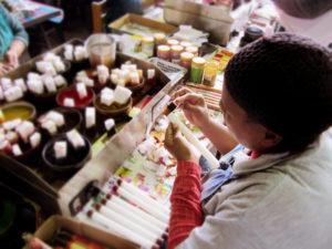 Die festangestellten Handwerker*innen schaffen es mithilfe der Unterstützung der Partner auch durch die Krise. Foto: © nobunto.de
