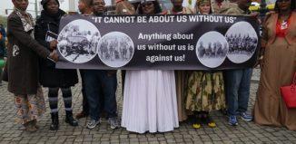 Bereits 2016 wurde auf den Straßen Berlins für mehr direkte Beteiligung an den Versöhnungsverhandlungen protestiert © Joachim Zeller / Berlin Postkolonial